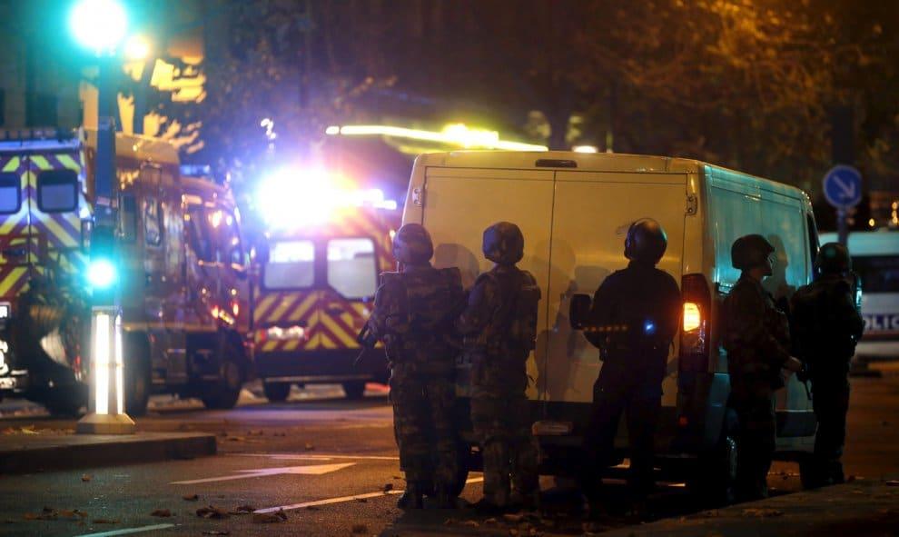 Se reportan al menos 100 muertos y rehenes en varios ataques terroristas en Paris