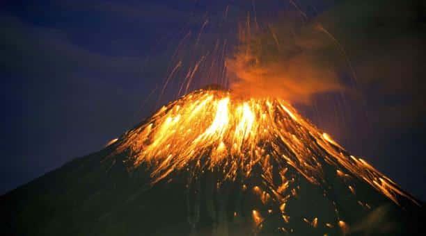 Volcán ecuatoriano Tungurahua emite lava hasta 500 metros sobre su cumbre