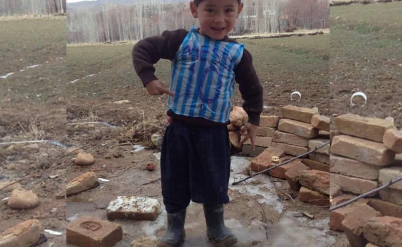 Niño afgano que confeccionó camiseta de Messi con una bolsa plástica conocerá a su ídolo