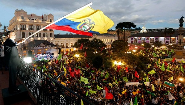 Miles de ecuatorianos se concentran en Plaza Grande respaldando a presidente Correa