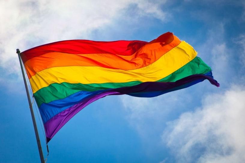 En Colombia se acercan las posibilidades del matrimonio del mismo sexo. En Chile, un carabinero contrae unión civil con su pareja del mismo sexo.