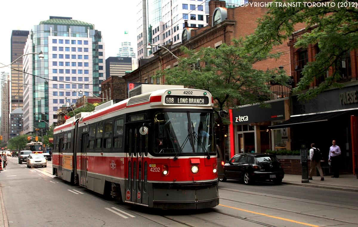 Propuesta busca usar cámaras en streetcars para fiscalizar vehículos