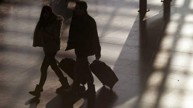 Desclasifican historia de nota dejada en baño de avión para salvar a niña de ser traficada