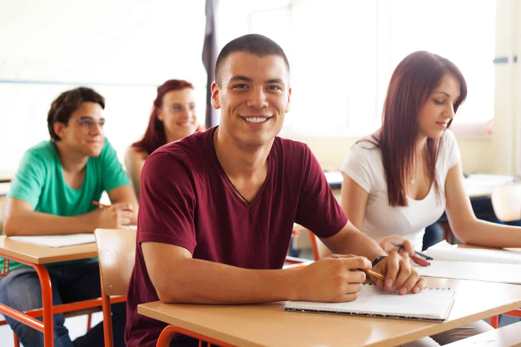 Reformas de asistencia financiera educacional en Ontario permitirán que 210.000 alumnos estudien gratis, sostiene gobierno