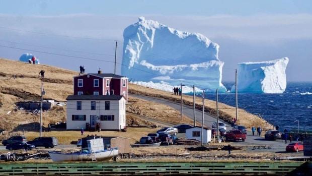 Iceberg errante atrae a cientos de visitantes en pequeño poblado de Newfoundland and Labrador