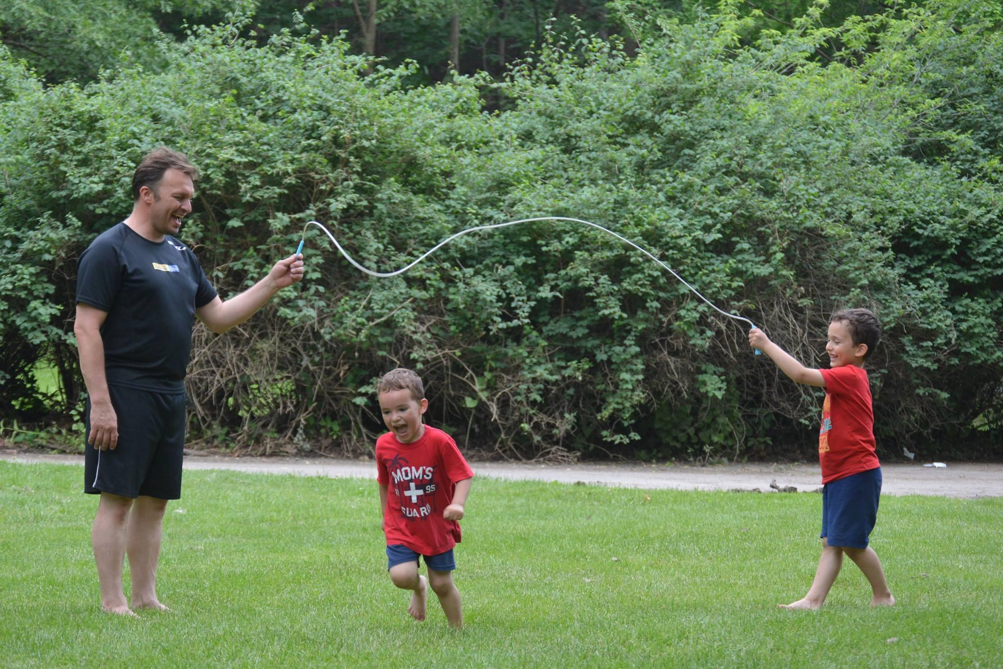 Estudio canadiense vincula el peso y actividad física de los niños con sus padres