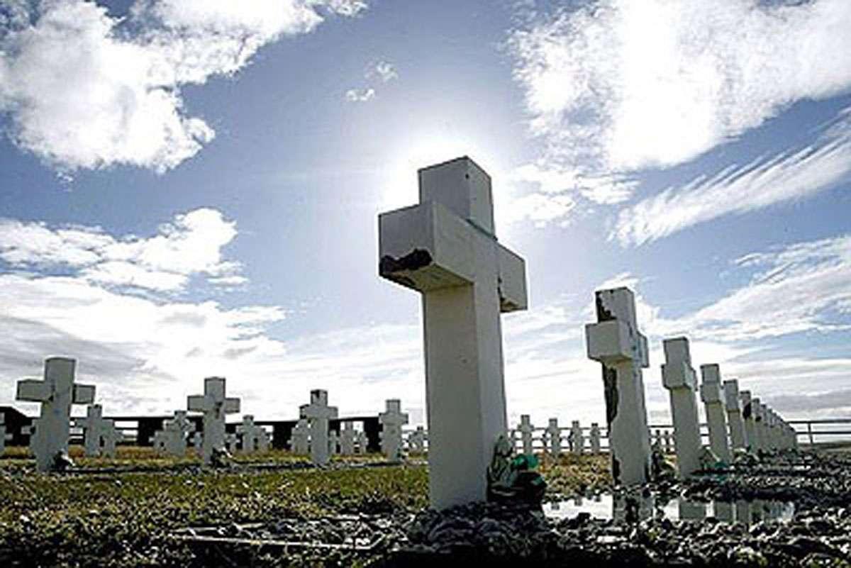 Argentina y Reino Unido ponen nombres a decenas de soldados muertos en Guerra de Las Malvinas