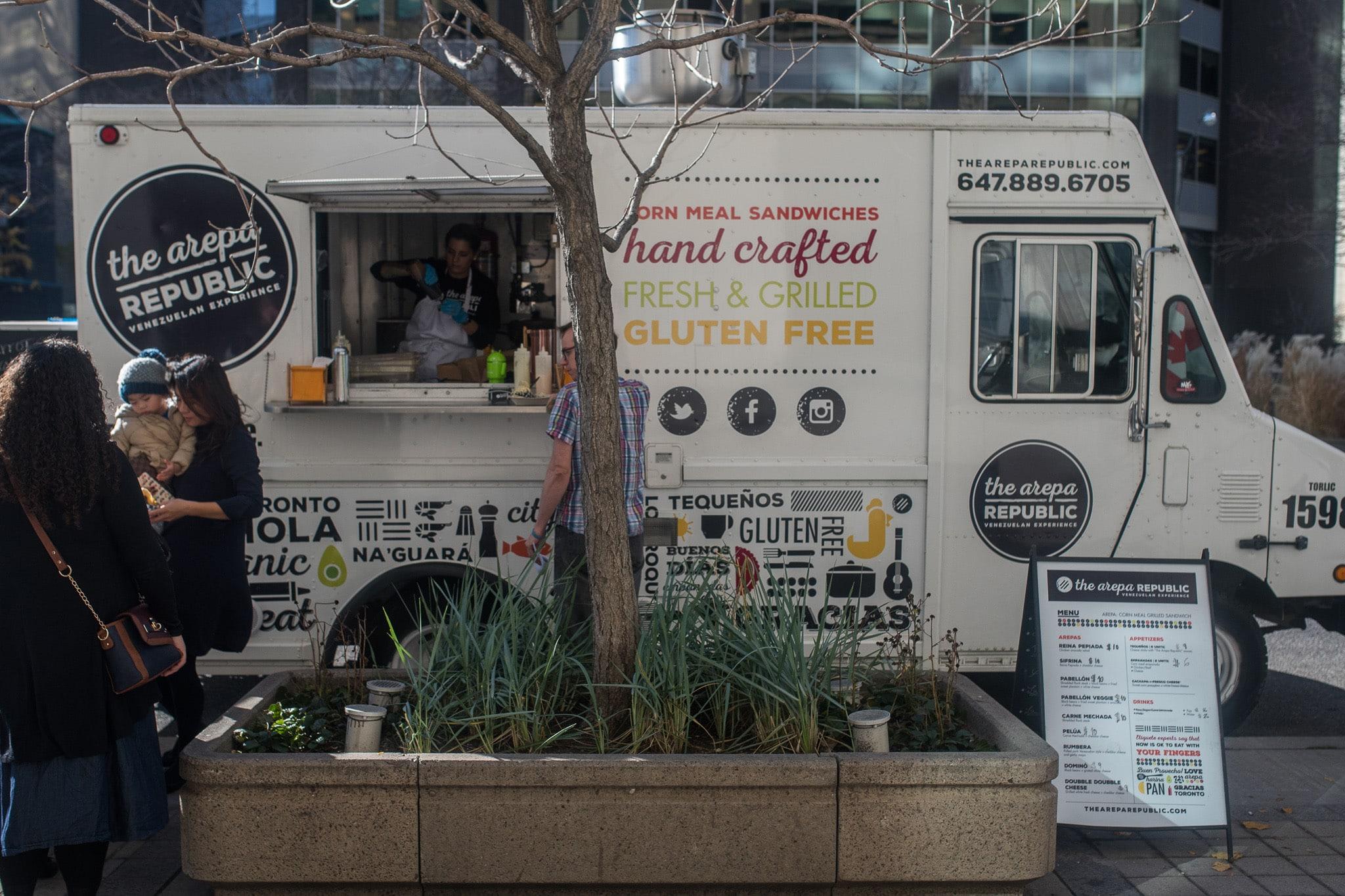 Aumento de food trucks en Toronto se complica por falta de espacios.