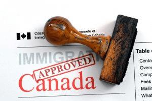 Aprobada ley que reduce edad para exámenes de inmigración y anula deportación por delitos en Canadá