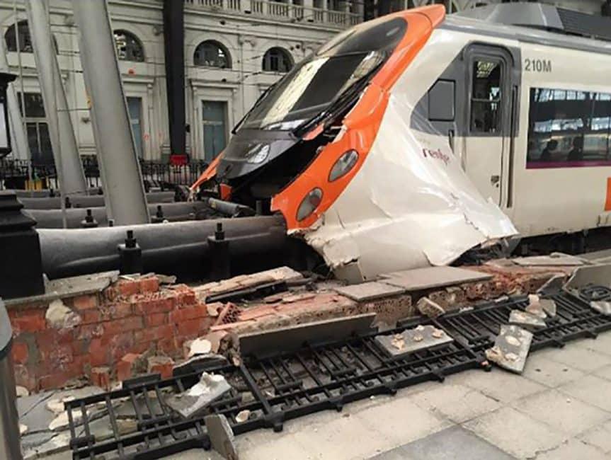 Más de cincuenta personas heridas tras descarrilamiento en Barcelona