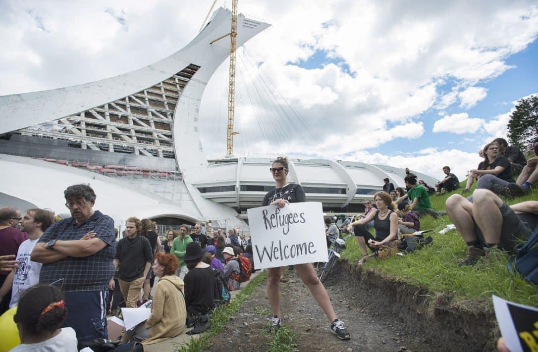Montrealeces dan la bienvenida a refugiados en las afueras de Estadio Olímpico
