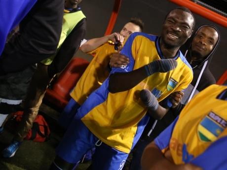 Refugiado que perdió dedos por congelamiento, hoy es capitán de competitivo equipo de fútbol en Manitoba