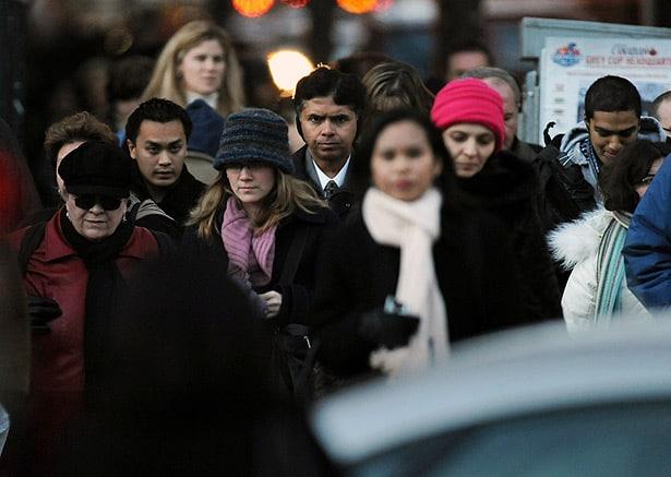 Brecha en ingresos persiste para inmigrantes, minorías visibles e indígenas, dice estudio