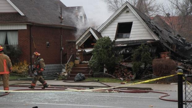 Rescatan a hombre atrapado al interior de una casa que sufrió una explosión en Hamilton.