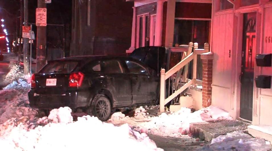 Policia investiga conductor profugo que impacto a casa en Pape y Danforth