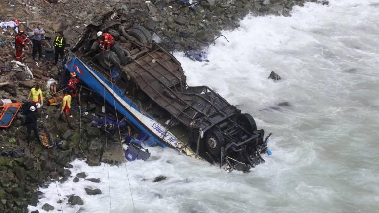 Perú: Fallecidos por accidente de bus que cayó a un abismo llega a 48