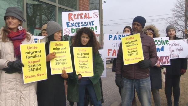 Cuidadoras inmigrantes piden anulación de medida que niega residencia a quienes tengan algun tipo de enfermedad