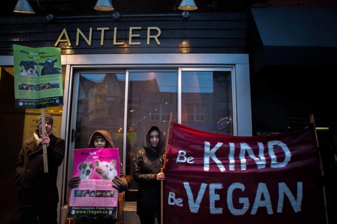 Veganos protestan frente a restaurante de carne en Toronto