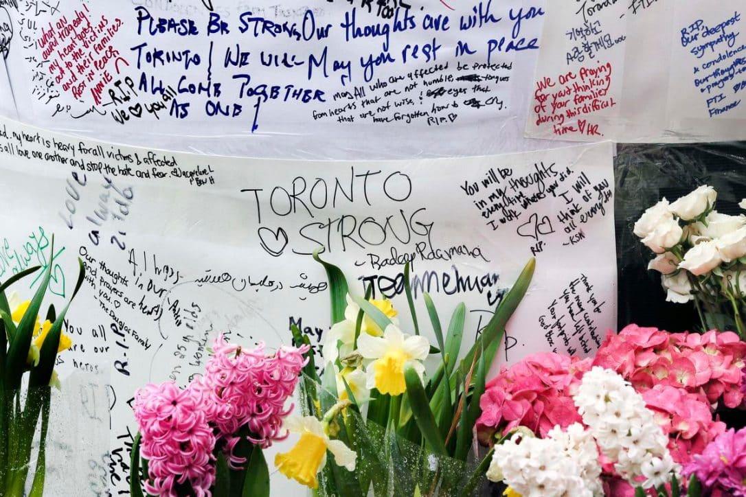 Crecen y se coordinan esfuerzos solidarios con las víctimas del atropello masivo en Toronto